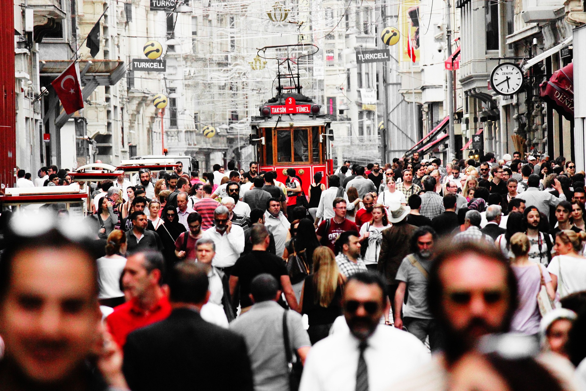 crowdy street in Istanbul